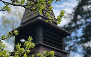 Klokketårn på Solåsen med vårblader
