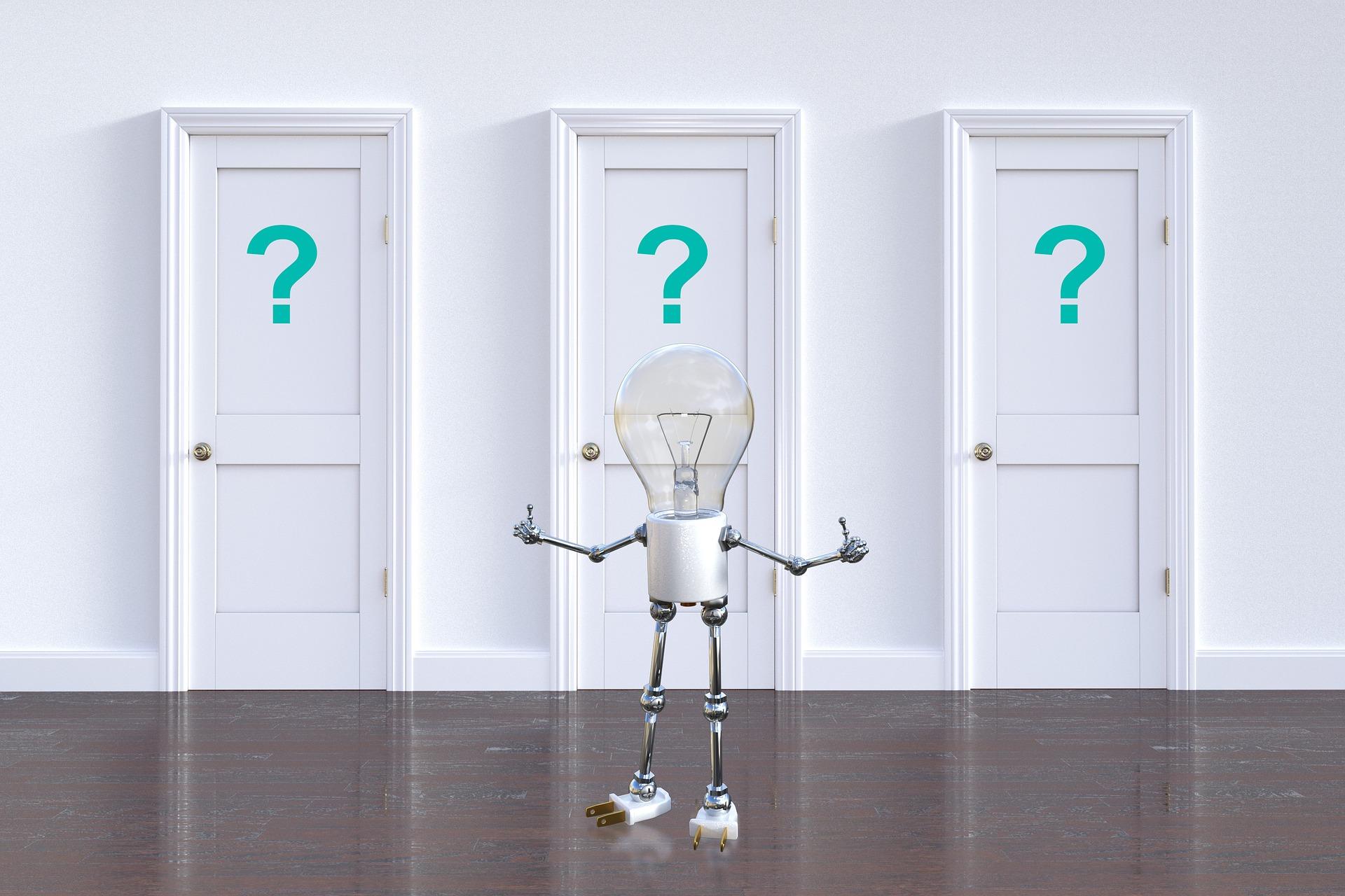 Lyspærefigur med armer og bein, som står foran tre hvite dører med spørsmålstegn på